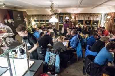 a_Einstimmung im Café Klatsch